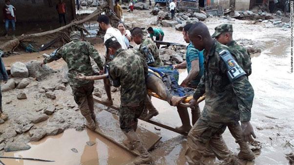 ▲ 산사태로 피해를 입은 사람을 구조중인 콜롬비아 군인들의 모습(출처: AP 통신)
