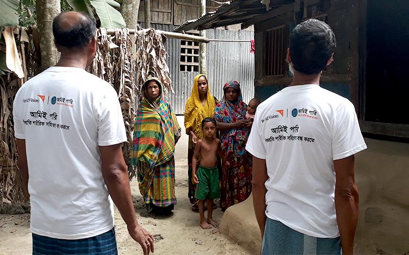 ▲ 월드비전 직원들은 마을을 돌아다니며 주민들에게 재난 소식을 전하고 대피시킵니다(사진 출처: 월드비전)