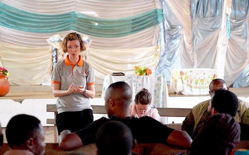 마을 지도자와 청년 연합을 통해 에볼라 인식개선교육을 실시하고 있습니다(사진출처: 월드비전)