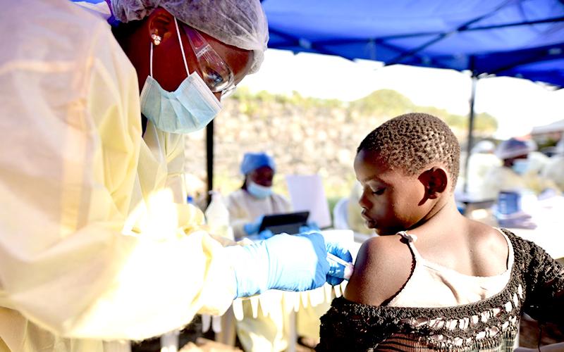 에볼라 백신 접종(사진출처: Reuters)