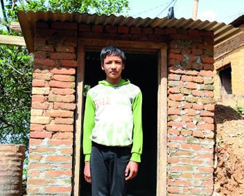 """""""우리는 월드비전이 우리에게 위생키트와 화장실 보수 자재를 제공해주기 전까지는 힘든 시간을 보냈습니다. 월드비전 덕분에 지금은 상황이 많이 개선되었습니다."""" - 아룬 타망(Arun Tamang, 16세)"""
