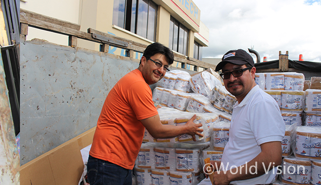 에콰도르 지진 피해자를 위한 필수 용품을 배분하는 에콰도르월드비전 직원 (사진출처:월드비전)