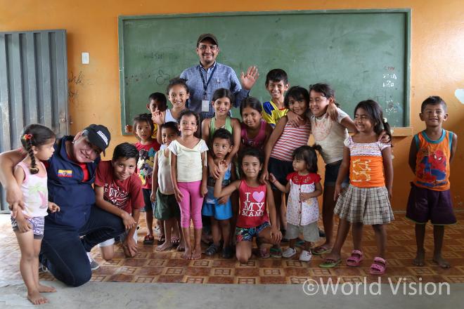 월드비전 아동심리지원센터에서 미술 및 놀이 치료 등의 프로그램에 참석하는 아동들(사진출처:월드비전)