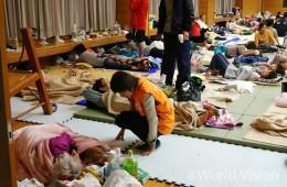 임시대피소에서 머무는 이재민들을 살피는 월드비전 직원(사진출처:월드비전)