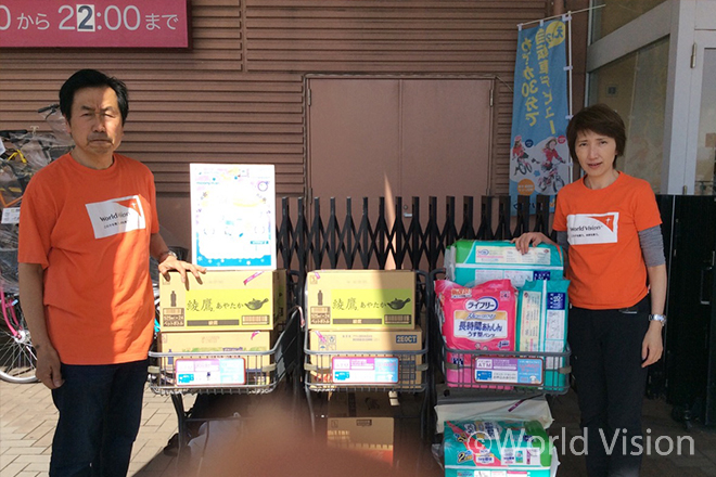 이재민들을 위한 긴급구호 물품들과 일본 월드비전 직원의 모습(사진출처:월드비전)