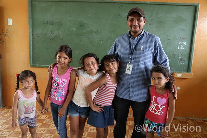 ▲ 아동심리보호센터(CFS)에 참여하는 에콰도르 지진 피해 아동들과 월드비전 직원