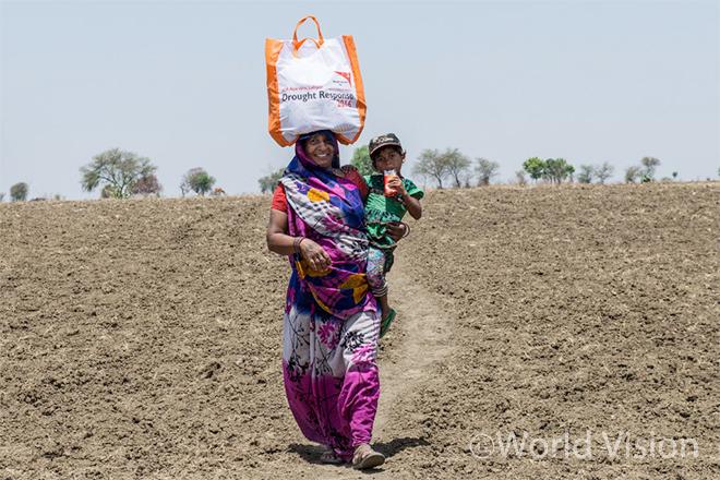 구호식량을 제공받은 피해주민 (사진출처:월드비전)