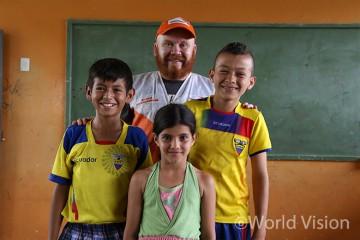 아동심리보호센터에 참여하는 에콰도르 지진 피해 아동과 월드비전 직원 (사진출처:월드비전)