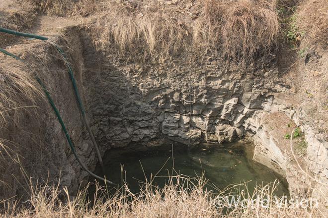 가뭄으로 말라 들어가는 우물 (사진출처: 월드비전)