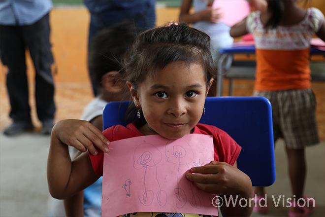 아동심리보호센터(CFS)에서 그린 그림을 보여주는 아동 (사진출처:월드비전)