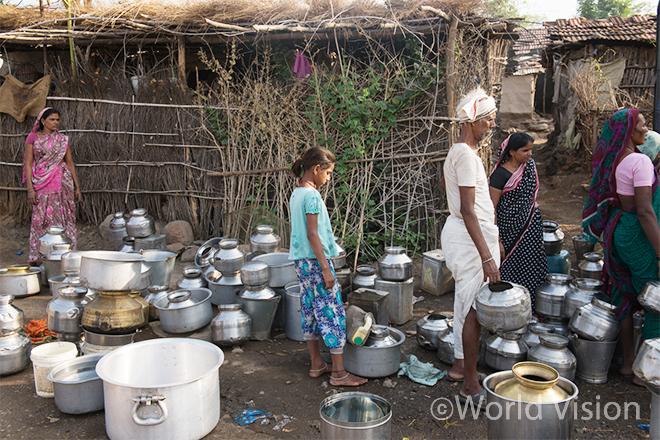 물을 얻기 위해 줄 서 있는 주민들 (사진출처:월드비전)