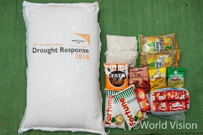 가뭄피해가정에 지원된 식량 (밀가루 30kgs, 렌틸콩 2kgs, 식용유 2L, 설탕 2kgs, 소금 1kg, 고수분말가루 100g, 강황 100g, 칠리 파우더 100g, 비스킷)