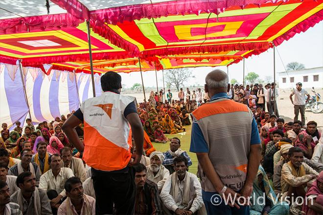 랄리푸르(Lalitpur)지역 수혜자에게 구호식량키트 배포에 대하여 안내하는 월드비전 직원 (사진출처:월드비전)