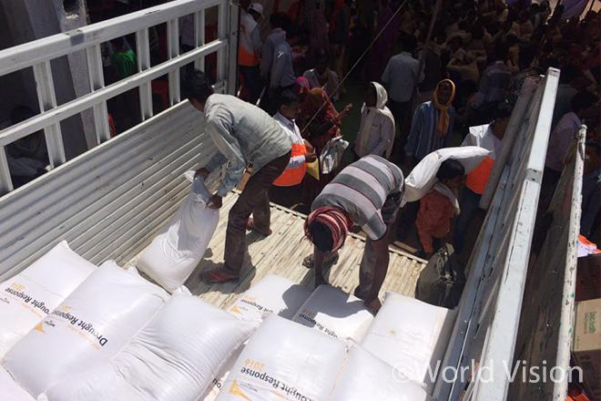 랄리푸르(Lalitpur)에서 구호식량을 배급중인 월드비전 직원 (사진출처:월드비전)