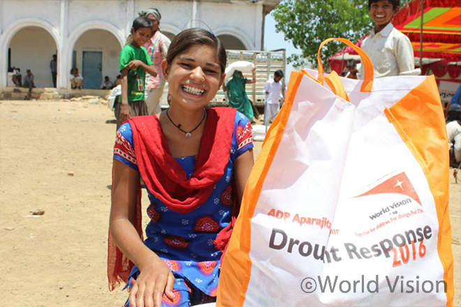 구호식량을 제공받은 피해주민 (사진출처: 월드비전)