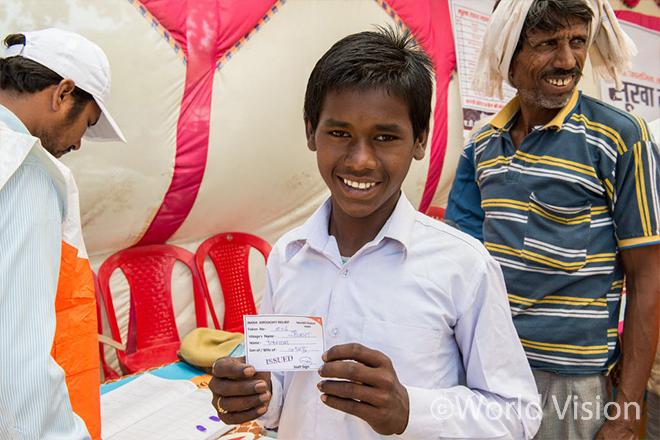 긴급구호물품을 받은 월드비전의 후원아동 16세 비르 싱(Bir Singh) (사진출처:월드비전)
