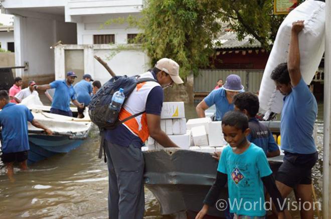 구호물품을 운반하는 월드비전 직원과 현지 주민들의 모습(사진출처:월드비전)