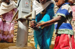 티그라이 주(Tigray) 마을에 설치된 얕은 우물(Shallow well)을 이용하는 마을 사람들의 모습(사진출처: 월드비전)