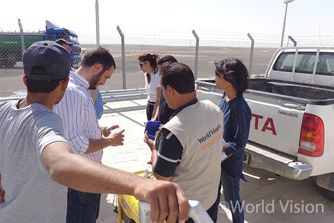 요르단의 아즈라크(Azraq) 난민 캠프에서 수질 검사를 하고 있는 월드비전 식수위생 담당자들의 모습 (출처: 월드비전)
