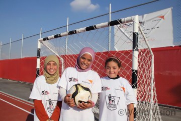 아즈라크(Azraq) 난민 캠프에서 태어나 처음으로 축구를 해본다는 아이 자이나브 (Zaynab, 오른쪽) (출처: 월드비전)