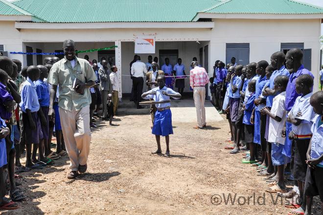 와랍 주(Warrap)에 위치한 아동심리지원센터(CFS) 2013년 개관식 당시의 모습 (사진출처: 월드비전)