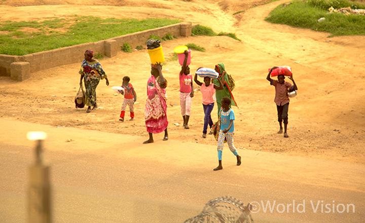 7월 8일 남수단에서 발생한 무력 충돌을 피해 피난처로 이동하고 있는 주바(Juba) 지역 주민들의 모습 (사진출처: 월드비전)