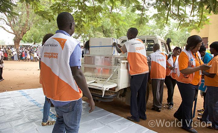 주바(Juba) 지역 난민 캠프에서 구호물자를 나눠주기 위해 준비하고 있는 모습 (사진출처: 월드비전)