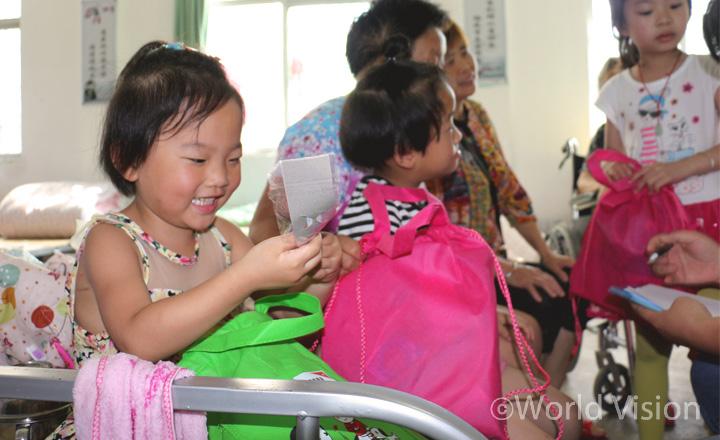 장난감과 학용품이 들어있는 아동 지원물품은 아이들의 얼굴에 웃음을 되찾아주는 따뜻한 선물 (사진출처:월드비전)