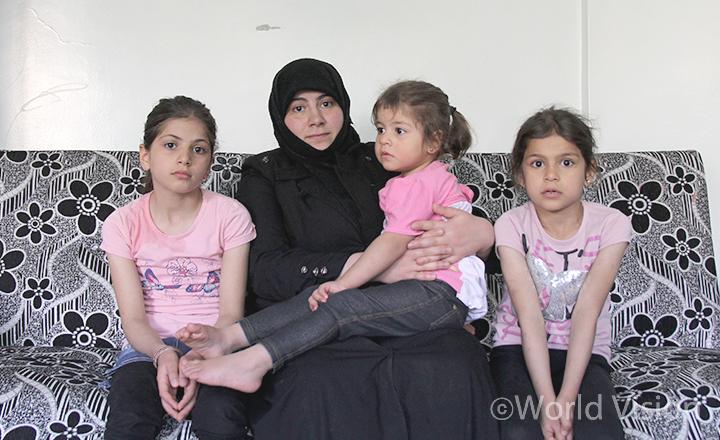 왼쪽부터 바나(가명, 10살), 엄마 아미라(가명, 30살), 여동생 리마(가명, 3살)와 라샤(가명, 7살)(사진출처:월드비전)