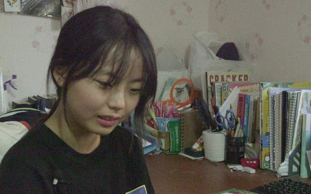학교에서 우등생인 은혜는 가족들을 위해 자신의 꿈과 상관없이 빨리 취업을 해야 한다고 했습니다.