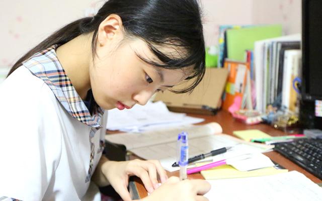 방과 후 집에서 공부를 하는 은혜