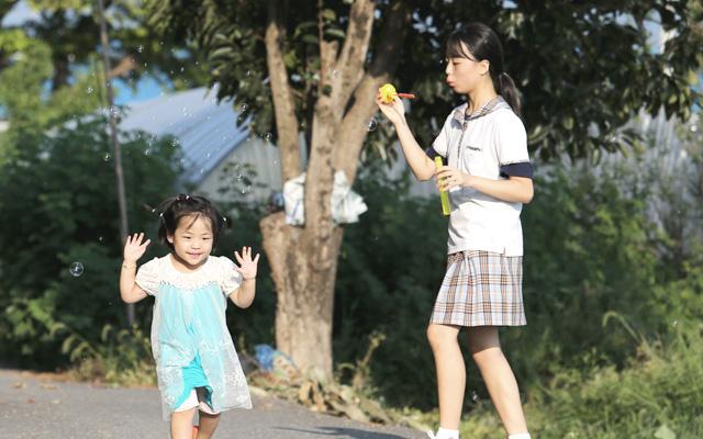 은선이는 학교에서 돌아온 언니랑 노는 시간이 가장 행복합니다. 은혜는 공부하느라 바쁜 와중에도 마땅한 놀이터도 없는 작은 시골마을에서 은선이의 놀이친구가 되어줍니다.