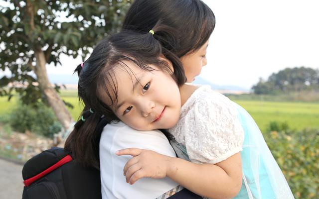 언니가 학교 갔다 돌아오면 은선이는 언니의 껌딱지가 됩니다.