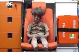 시리아 알레포의 다섯 살 소년 옴란, 폭격으로 무너진 건물 잔해에서 구출된 직후의 모습(사진출처:CNN)