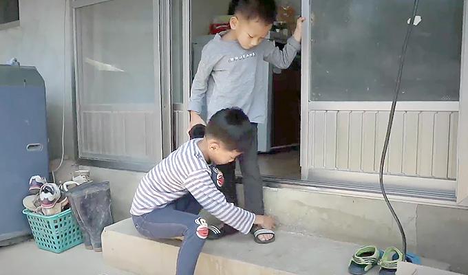 신발 신는 것조차도 은찬이의 도움을 필요로 했습니다