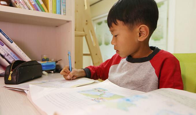 학교 숙제를 하며 또 다른 꿈을 꾸는 은찬이