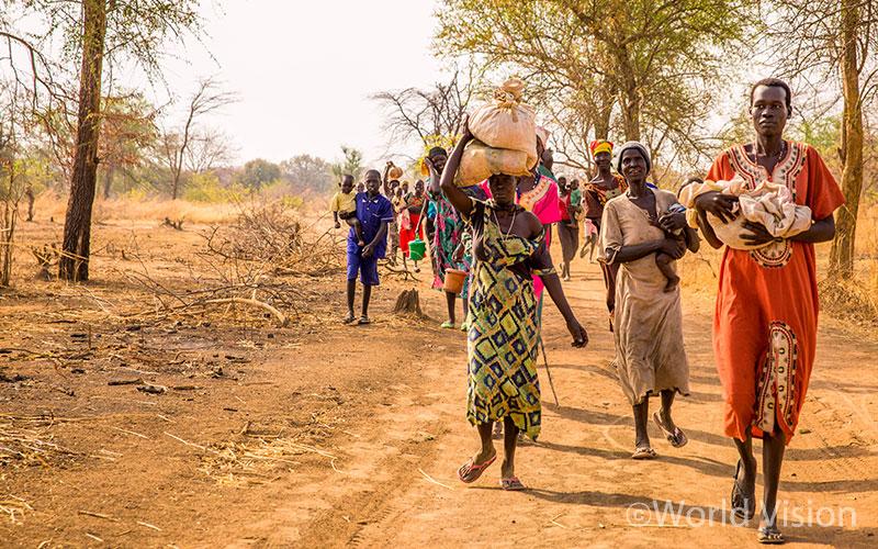 가족을 위한 식량을 받기 위해 배급장소로 향하고 있는 남수단 사람들(출처: 월드비전)