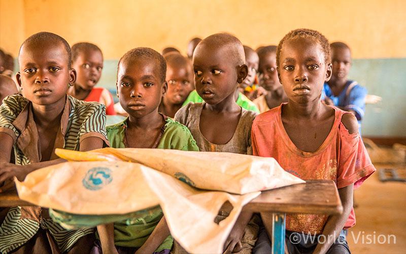 학교에서 배가 고픈 상태로 수업을 듣고 있는 학생들(출처: 월드비전)
