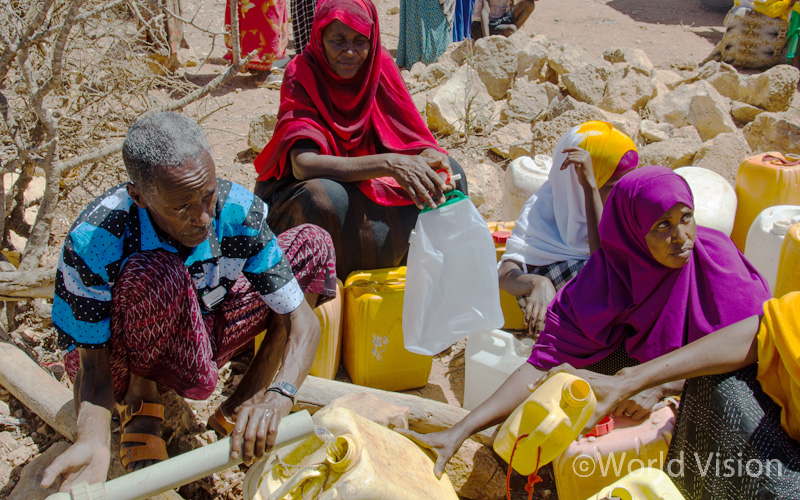 ▲긴급 식수공급지에서 식수를 공급받고 있는 마을 사람들 (출처: 월드비전)