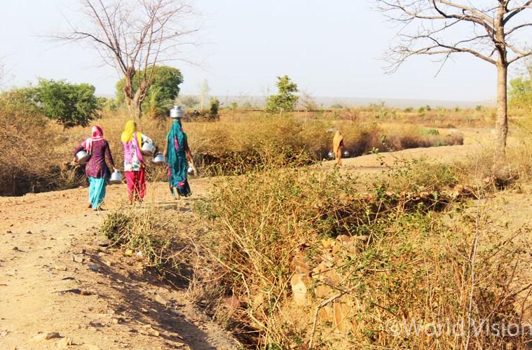 가뭄으로 온 땅이 말라붙어 물을 길러 가기 위해선 먼 길을 떠나야 합니다 - 우타르 프라데시 주(州) 아파라지타 지역 (출처: 월드비전)