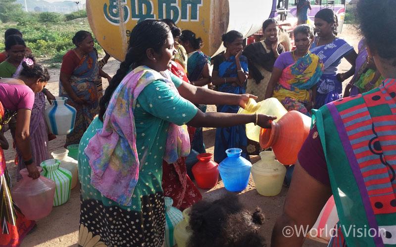 마을에선 물을 구할 수 없어, 배급되는 식수를 받기 위해 기다리고 있는 주민들 - 타밀나두 주(州) 벨로르 지역(출처:월드비전)