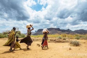 월드비전의 식량 지원을 통해 옥수수와 식용유를 받아 집으로 돌아가는 한 가족의 모습 - 투르카나/케냐 (출처: 월드비전)
