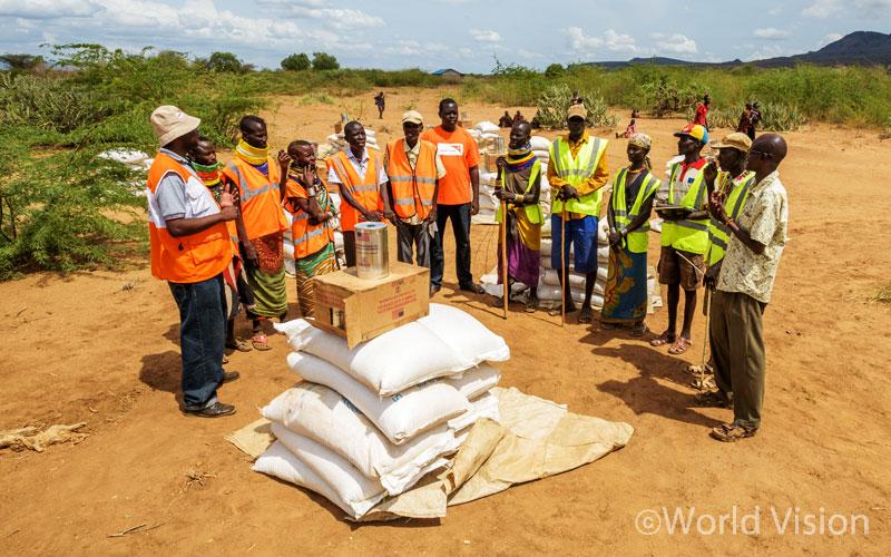 주민들에게 나눠줄 식량을 준비하고 있는 월드비전 직원과 자원봉사자들의 모습 - 투르카나/케냐 (출처: 월드비전)