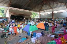 분쟁 지역을 빠져 나와 임시 피난처에 모인 피난민들은 열악한 환경 속에서 하루 하루를 보내고 있습니다(출처:월드비전)
