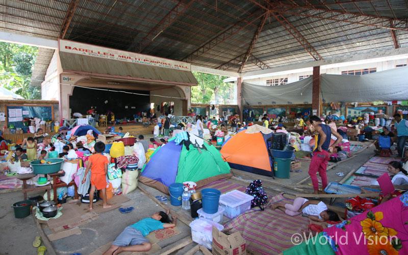 분쟁 지역을 빠져 나와 임시 피난처에 모인 피난민들은 열악한 환경 속에서 하루 하루를 보내고 있습니다