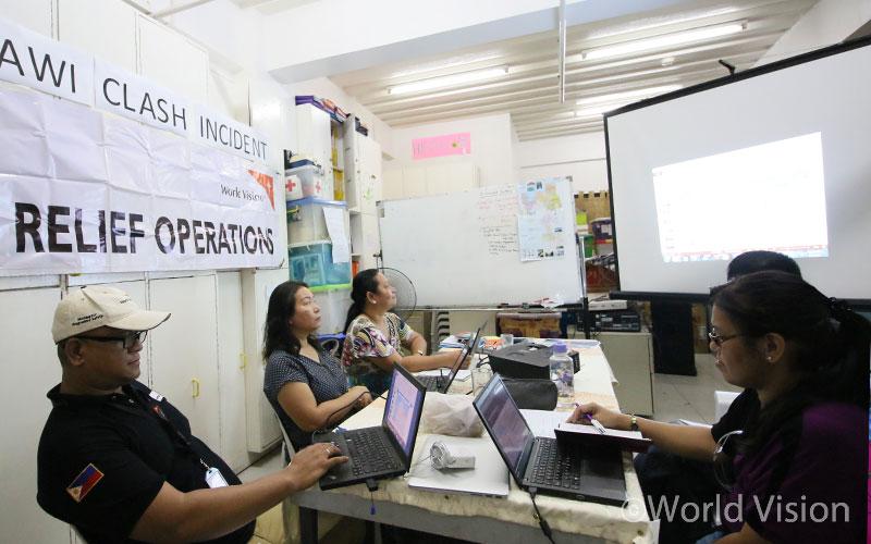 분쟁 발생 직후 현장에 파견된 월드비전 조사팀이 주민들에게 필요한 물품과 지원 방법에 대해 논의하고 있습니다(출처:월드비전)