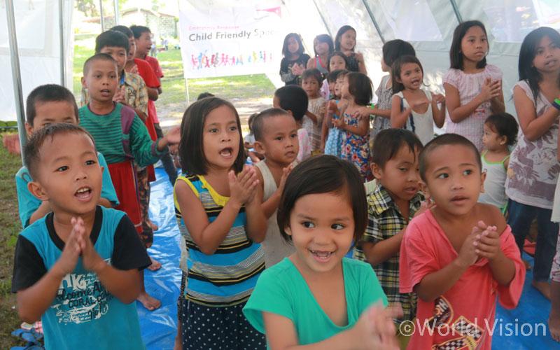 ▲ 공포에 떨었던 아이들도 아동보호센터에서 다양한 놀이를 즐기며 평화로웠던 일상의 순간을 되찾고 있습니다(출처:월드비전)