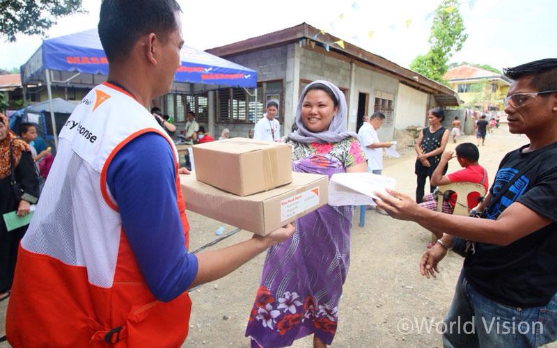 ▲ 분쟁 사태를 피해 다른 지역의 친척과 지인 집에 머무는 피난민들에게도 구호물품을 전달했습니다(출처:월드비전)