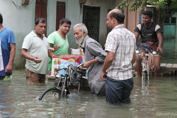 ▲ 방글라데시 주민들은 홍수로 침수된 집에서 그나마 쓸만한 물건들만 챙겨가지고 나왔습니다. (출처: 월드비전)