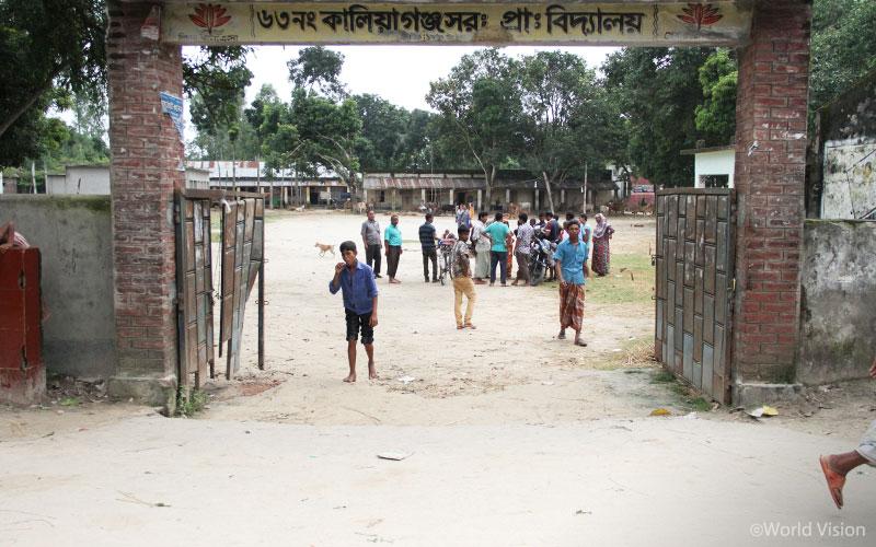 이곳은 원래 아이들이 다니는 학교입니다. 하지만 지금은 홍수 피해 주민들이 임시 대피소로 사용하고 있습니다.1 (출처: 월드비전)